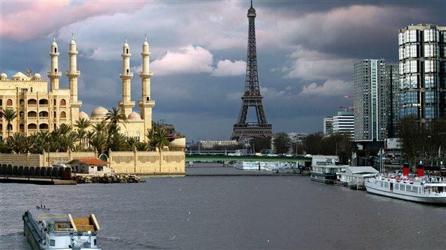 La mosquée syrienne de Latakia et la tour Eiffel de Paris