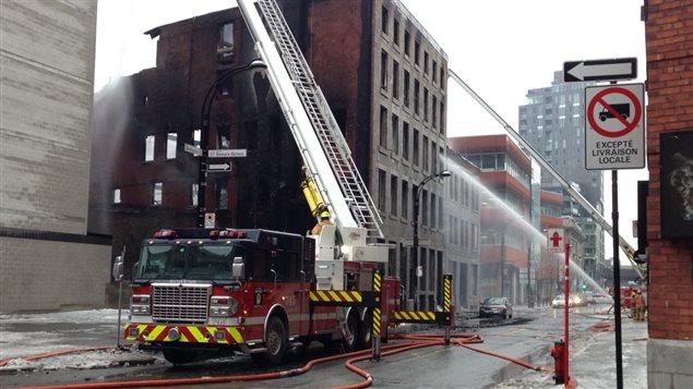 Incendie majeur dans un bâtiment désaffecté du Vieux-Montréal