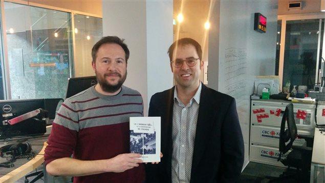 L'historien Joel Belliveau (droite) et l'animateur Éric Robitaille (gauche).