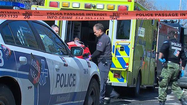 L'homme a été blessé et transporté à l'hôpital, où il se trouve dans un état stable.