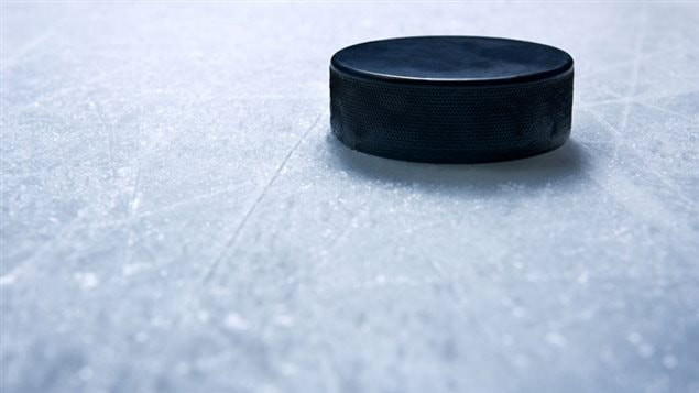 Une rondelle sur la patinoire