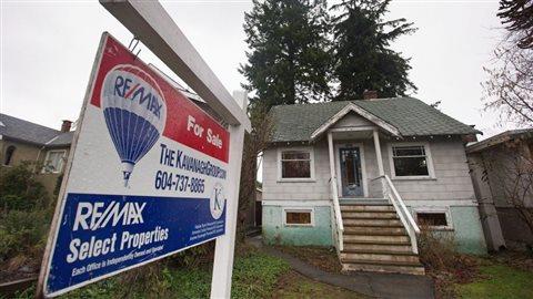 Les prix parfois exorbitants des maisons découragent les jeunes Canadiens d'accéder à la propriéte. Par exemple, cette maison, construite en 1930 dans un quartier de Vancouver (Point Grey) a été mise en vente en janvier. Son propriétaire en demande... 2,4 millions!Photo: Darryl Dick La Presse canadienne