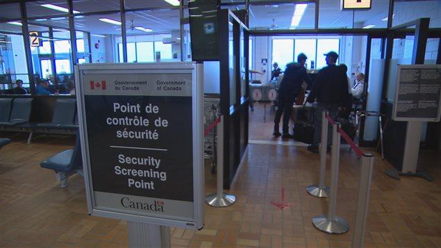 Contrôle de sécurité à l'aéroport de Mont-Joli