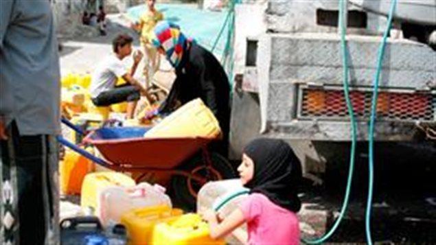 L'eau potable fait partie des services de base indispensables qui manquent beaucoup au Yémen où presque tous les services essentiels pour la population sont perturbés : 63 hôpitaux endommagés, manque d'équipements et de personnels médicaux, panes d'électricité fréquentes, campagnes de vaccination et autres traitements compromis