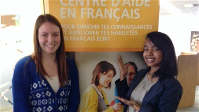 Jennifer Knowles et Sahaza Rasolangatovo au Centre d'aide en français (CAF) de l'Université de Moncton.