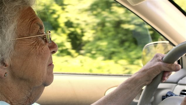 Une personne âgée conduit une voiture