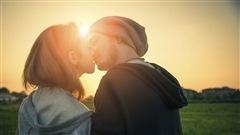 Adolescent lesbiennes s'embrasser et