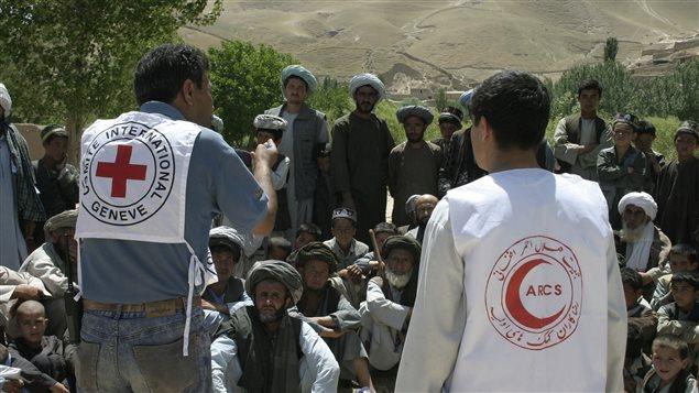 Du personnel de la Fédération internationale des Sociétés de la Croix-Rouge et du Croissant-Rouge apportent leur assistance en Afghanistan, en 2006.