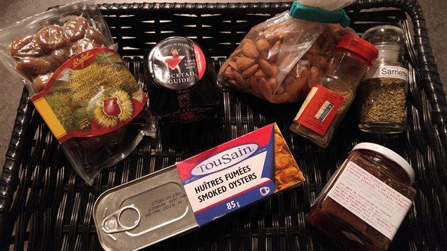 Quelques-uns des produits périmés qu'Hélène Laurendeau a trouvés dans son garde-manger
