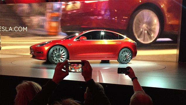 Tesla a dévoilà dans ses installations son modèle 3.
