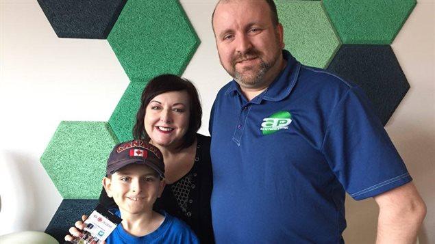 Samuel, enfant atteint d'autisme, avec son père Patrick Hardy et l'animatrice Anne Godin.
