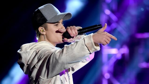 ustin Bieber, seen performing at the 2015 American Music Awards, did not bother to attend the Junos, but sent a very brief video only a few seconds long, It was loudly booed by the audience