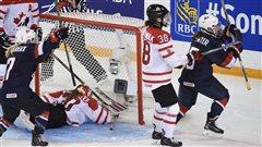 Alex Carpenter célèbre son but contre le Canada au Championnat mondial de hockey féminin, le 4 avril 2016.