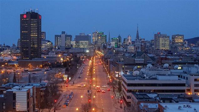 صورة لوسط مونتريال عند الفجر ويبدو إلى اليسار برج راديو كندا / سي بي سي (أرشيف)