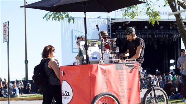 Maxime Richard sur son « vélopresso » de Pista café mobile
