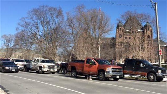 Des dépanneuses devant l'Assemblée législative à Toronto