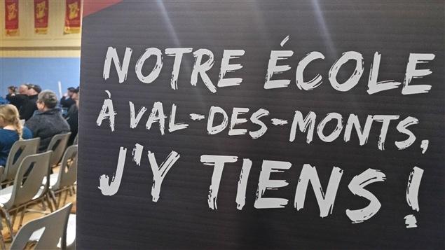 Manifestation pour une nouvelle école à Val-des-Monts