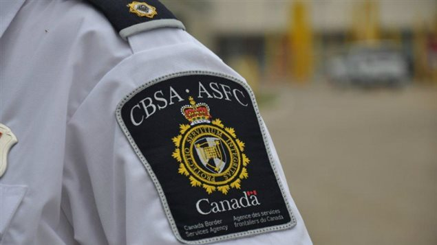 Un employé de l'Agence des services frontaliers du Canada