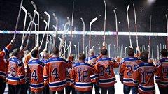Les joueurs et des anciens joueur des Oilers saluent la foule, après la cérémonie marquant le dernier match à la Place Rexall.