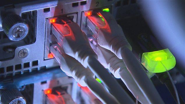 Branchement derrni�re un appareil �lectronique