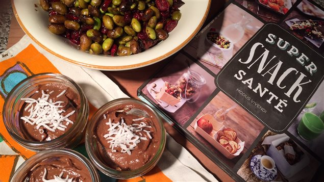 Canneberges et edamames épicés et grillés et mousse au chocolat et à l'avocat, deux recettes du livre «Super snack santé» de Sara Lewis.