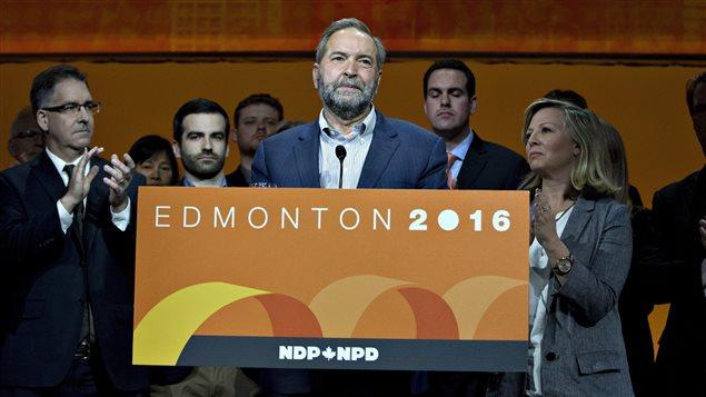Thomas Mulcairse dirige a los delegados después del voto de confianza.