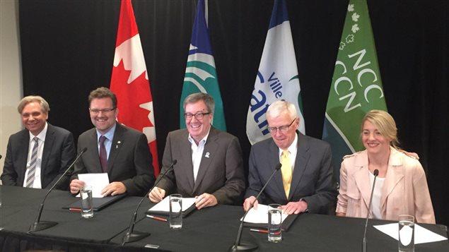 Mark Kristmanson, Maxime Pedneaud-Jobin, Jim Watson, Andrew Mills (président de la CCN) et Mélanie Joly ont pris part à la cérémonie.