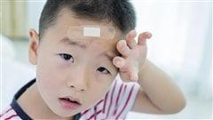 Un enfant a mal après s'être fait mal à la tête.