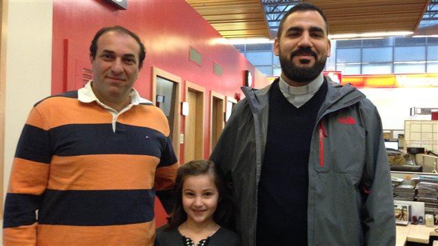 Berge Panossian, sa fille Parély et le père Hrant Tahanian.