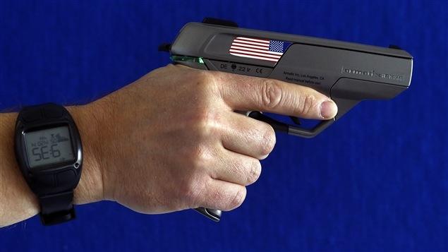 Un fusil de marque Armatix, qui nécessite le port d'une montre émettant un signal radio pour fonctionner.