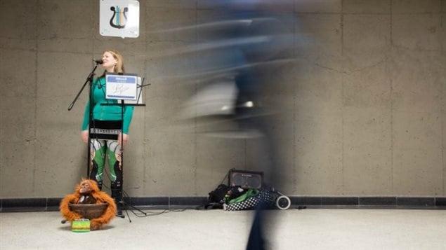 Valérie Pelletier, alias Legal Tender, se produit dans le métro de Montréal.