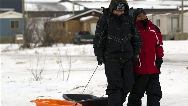 Des enfants appartenant à la Première Nation d'Attawapiskat, une communauté cri isolée dans le nord de l'Ontario