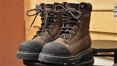 Fidèle à la tradition, le ministre albertain des Finances Joe Ceci à dévoilé mercredi une paire de chaussures en prévision du budget. Il a choisi une paire de bottes de construction, symbole des investissements majeurs à venir dans les infrastructures.