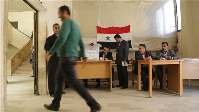 مواطنون سوريّون يدلون بأصواتهم في مركز انتخابي في القامشلي في 13-04-2016