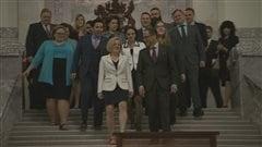 Les députés albertains sortent de l'Assemblée législative après le dépôt du budget 2016.
