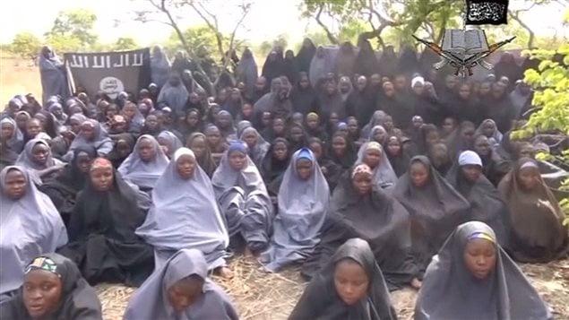 Capture d'écran d'une vidéo envoyée par la secte Boko Haram. Elle montre une partie des lycéennes victimes d'enlèvement.