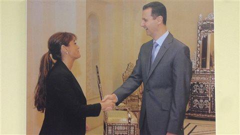 Nelly Kanou est devenue consule honoraire de Syrie à Montréal en 2008. Cette photo accompagnée de Bachar Al-Assad est affiché sur le mur du consulat.