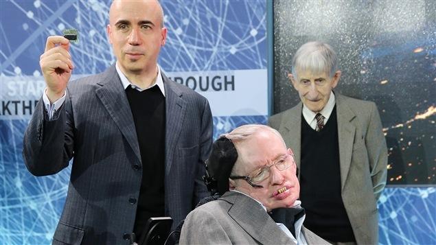 Yuri Milner et Stephen Hawkins présentent, lors d'une conférence de presse, le prototype d'une microsonde qui pourrait un jour se rendre dans l'Alpha du Centaure.