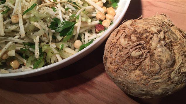 Salade de céleri-rave aux noisettes et aux câpres.