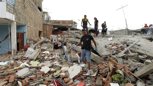 Des membres de la Croix Rouge, des militaires et des policiers fouillent les décombres après le séisme qui a frappé la cote pacifique de l'Équateur, samedi soir.