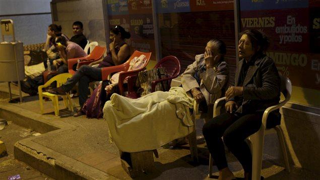 Los damnificados de Ecuador esperan ayuda. La onerosa y necesaria recontrucción, las pérdidas de empleo, los tratamientos para los heridos y las dificultades económicas y las necesidades de quienes lo perdieron hacen necesaria la ayuda internacional