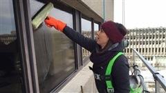Martine ce matin nettoie les fenêtres en hauteur en compagnie des employés de l'entreprise JM Rouleau