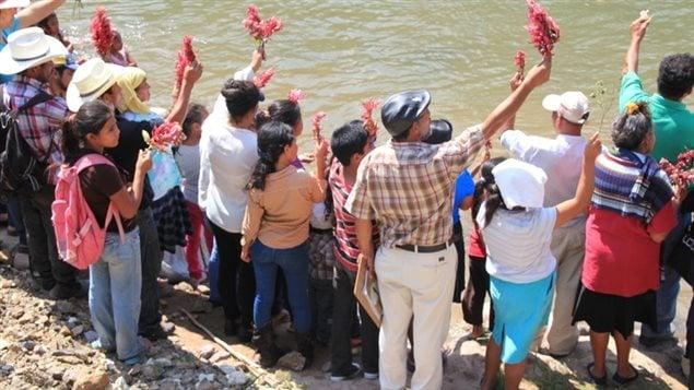 Lanzando flores al río Gualcarque en memoria de Berta Cáceres.