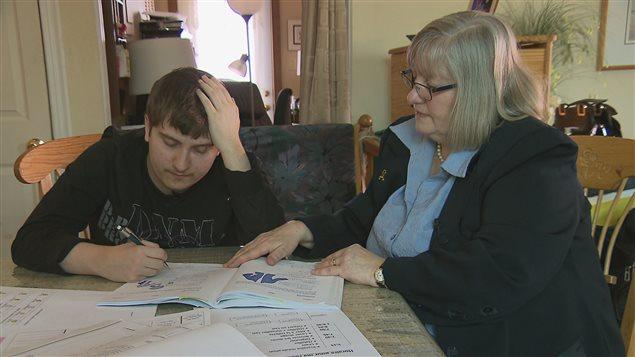 Juliette Gosselin et son fils Anthony, atteint du trouble du spectre de l'autisme