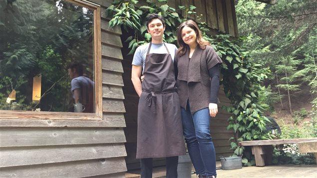 Jesse McCleary et Leanne Lalonde devant leur restaurant, The Pilgrimme