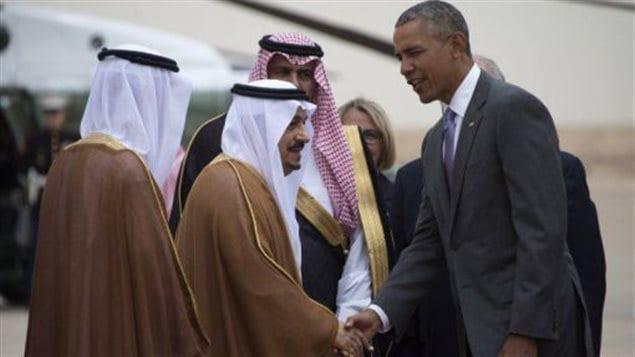 El príncipe Faisal Bin AbdelAziz recibió al presidente Barack Obama en el aeropuerto de Riyad, el 20 abril 2016.