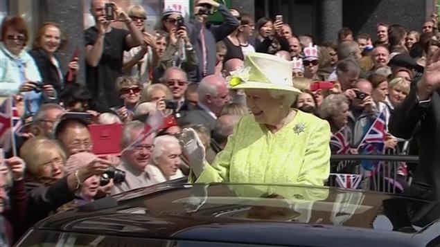 La reine, Élisabeth II, dans les rues de Windsor.