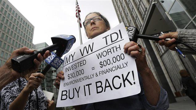 Une cliente proteste à San Francisco où Volkswagen est parvenu à un projet d'entente dans le scandale des véhicules dont le système anti-pollution avait été truqué.