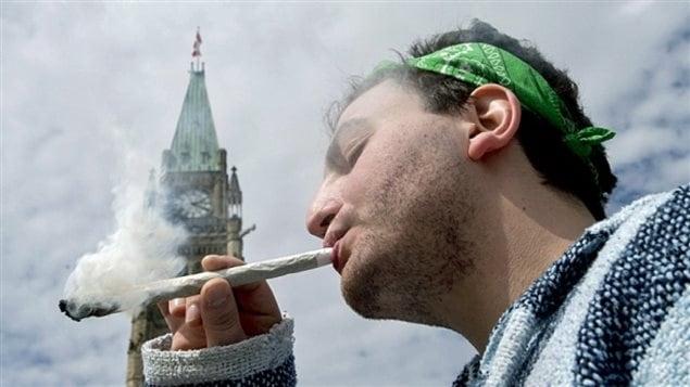 On fumait ouvertement devant le parlement canadien mercredi. Photo : CBC