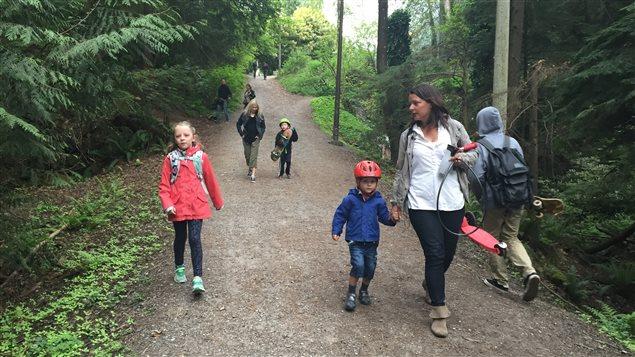 Tous les jours, la famille de Kathryn se rend à l'école à pied